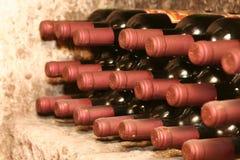 Bottiglie di vino in cantina Fotografia Stock