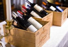 Bottiglie di vino in caselle di legno. Immagine Stock
