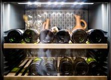 Bottiglie di vino che si raffreddano in frigorifero immagine stock