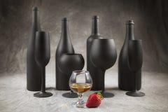 4 bottiglie di vino con lo stemware corrispondente Fotografia Stock Libera da Diritti