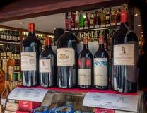 Bottiglie di vino costose francesi Fotografia Stock Libera da Diritti