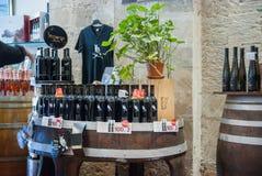 Bottiglie di vino da vendere al negozio di regalo della cantina di Carmel fotografia stock
