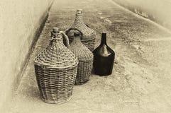 Bottiglie di vino di vimini tessute. Immagini Stock