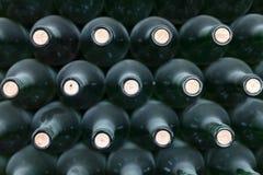 Bottiglie di vino impilate e polverose Immagini Stock