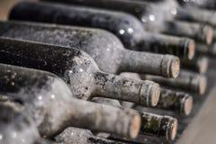 Bottiglie di vino impilate molto vecchie Immagine Stock