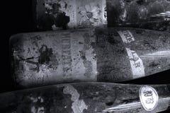 Bottiglie di vino di Murfatlar molto vecchie, isolato Immagine Stock