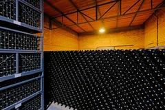 Bottiglie di vino di riposo impilate nella cantina di una fabbrica della cantina del Malbec, San Juan, Argentina, inoltre veduta  fotografie stock libere da diritti