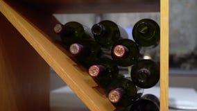 Bottiglie di vino stock footage
