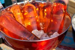 Bottiglie di vino rosato in un secchio di ghiaccio sulla tavola Immagine Stock Libera da Diritti