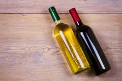 Bottiglie di vino rosso e bianco Del vino vita ancora Alimento e concetto delle bevande Immagine Stock Libera da Diritti