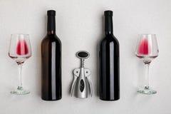 Bottiglie di vino rosso e bianco e vetri, vista superiore fotografia stock libera da diritti