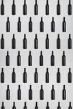 Bottiglie di vino scure Fondo astratto scuro e strutturato creativo Fotografia Stock