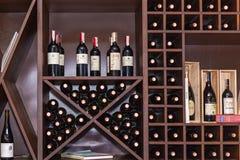 Bottiglie di vino sugli scaffali Fotografia Stock Libera da Diritti