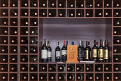 Bottiglie di vino sugli scaffali Fotografie Stock Libere da Diritti