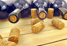 Bottiglie di vino sulle stecche di legno del fondo Fotografia Stock
