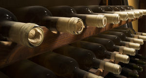 Bottiglie di vino sullo scaffale Immagini Stock Libere da Diritti