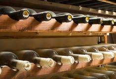 Bottiglie di vino sullo scaffale Immagine Stock Libera da Diritti