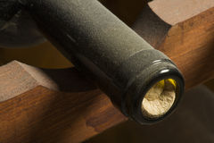 Bottiglie di vino sullo scaffale Fotografie Stock Libere da Diritti
