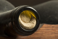 Bottiglie di vino sullo scaffale Fotografia Stock Libera da Diritti