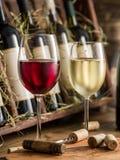 Bottiglie di vino sullo scaffale di legno Immagini Stock Libere da Diritti