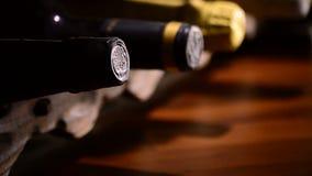 Bottiglie di vino in una cantina, fine su stock footage