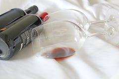 Bottiglie di vino, vetri e vino rosso Fotografia Stock