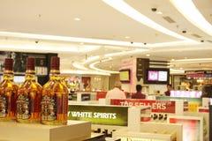 Bottiglie di whisky sulla vendita all'aeroporto di IGI, India Fotografia Stock Libera da Diritti