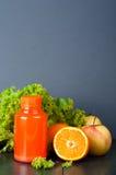 Bottiglie differenti di succo con i frutti Fotografia Stock