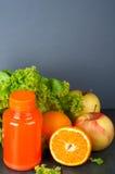 Bottiglie differenti di succo con i frutti Fotografie Stock