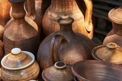 Bottiglie e brocche fatte a mano ceramiche monocromatiche Fotografie Stock