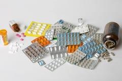 Bottiglie e pacchetti di pillole Fotografia Stock