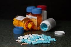 Bottiglie e pillole del farmaco Fotografie Stock