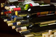 Bottiglie e sugheri di vino. Fotografie Stock Libere da Diritti