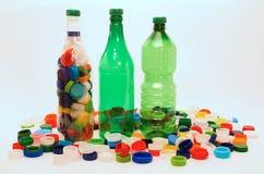 Bottiglie e tazze di plastica per riciclare Fotografie Stock Libere da Diritti