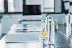 bottiglie e vetri con la bevanda antiossidante per la riunione d'affari immagini stock