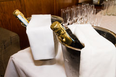 Bottiglie e vetri di Champagne e pronto per nozze mA del pane tostato Fotografia Stock Libera da Diritti