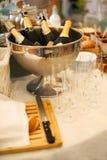 Bottiglie e vetri di Champagne sulla tavola Immagini Stock