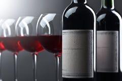 Bottiglie e vetri di vino rosso Fotografie Stock Libere da Diritti