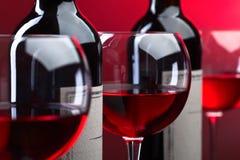Bottiglie e vetri di vino rosso Immagini Stock Libere da Diritti