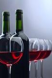 Bottiglie e vetri di vino rosso Immagine Stock