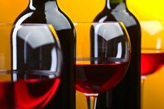 Bottiglie e vetri di vino rosso Fotografia Stock