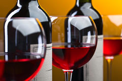 Bottiglie e vetri di vino rosso Fotografie Stock