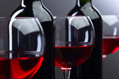 Bottiglie e vetri di vino rosso Fotografia Stock Libera da Diritti