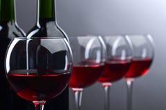 Bottiglie e vetri di vino rosso Immagini Stock