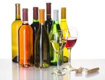 Bottiglie e vetri di vino rosso e bianco Fotografie Stock Libere da Diritti
