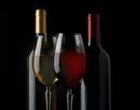 Bottiglie e vetri di vino sul nero Fotografie Stock Libere da Diritti