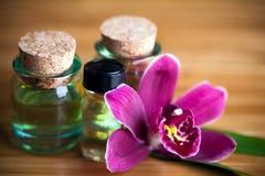 Bottiglie ed orchidea dell'aroma Immagini Stock Libere da Diritti