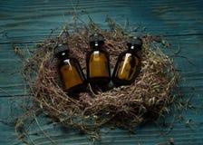 Bottiglie mediche su fondo di legno d'annata Fotografie Stock Libere da Diritti