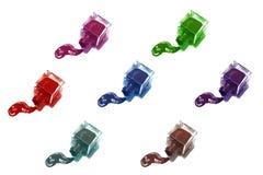 Bottiglie multicolori dello smalto di chiodo con gli splatters Fotografie Stock Libere da Diritti