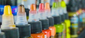 Bottiglie multiple con gli inchiostri variopinti per il tatuaggio Immagini Stock Libere da Diritti